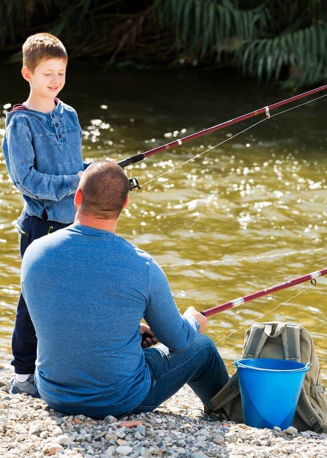 Αλιεία ατόμων και μικρών παιδιών στοκ φωτογραφία