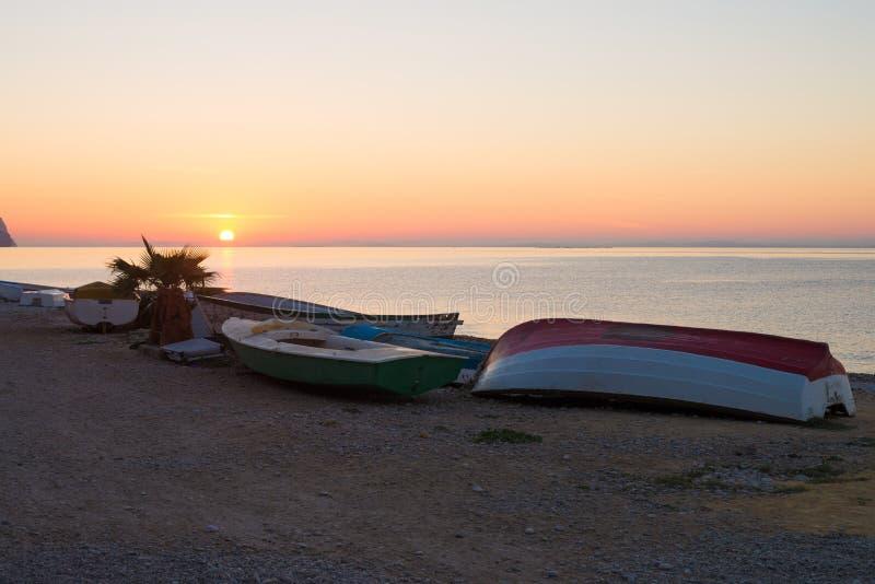 Αλιευτικά σκάφη στην ανατολή στοκ φωτογραφίες