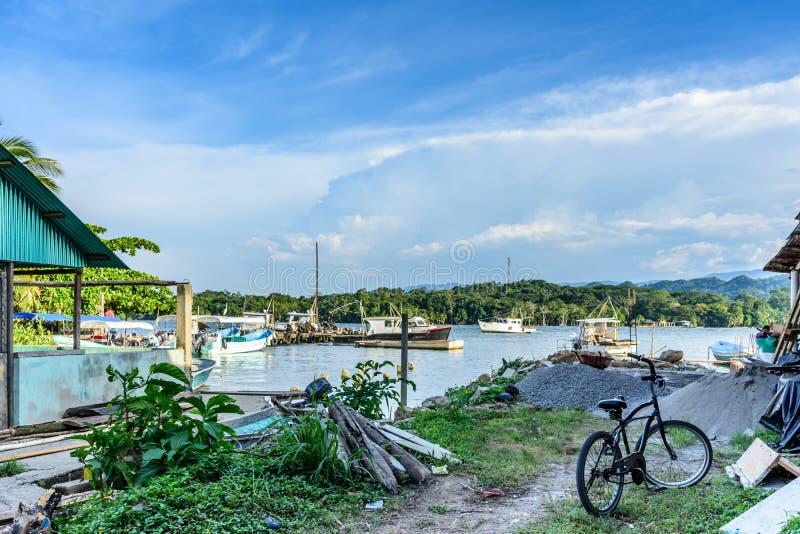 Αλιευτικά σκάφη στην περιοχή αποβαθρών, Livingston, Γουατεμάλα στοκ εικόνα με δικαίωμα ελεύθερης χρήσης