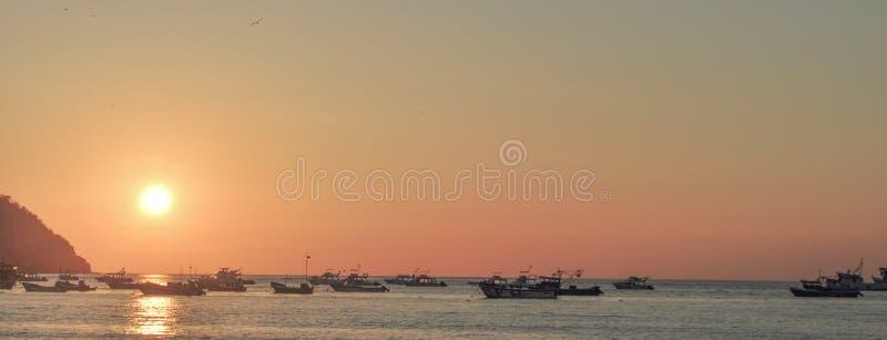 Αλιευτικά σκάφη στο ηλιοβασίλεμα σε Puerto Lopez στοκ φωτογραφίες με δικαίωμα ελεύθερης χρήσης