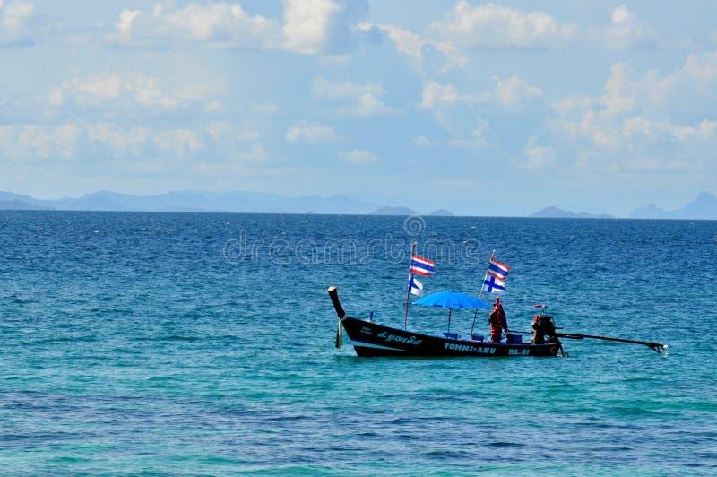 Αλιευτικό σκάφος στην μπλε ήρεμη θάλασσα στοκ εικόνες