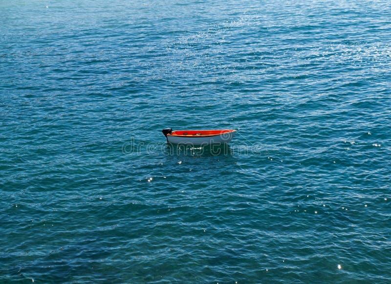 Αλιευτικό σκάφος στην παραλία Caleta Negra σε Ajuy, Fuerteventura, στοκ εικόνα