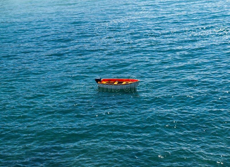 Αλιευτικό σκάφος στην παραλία Caleta Negra σε Ajuy, Fuerteventura, στοκ εικόνες
