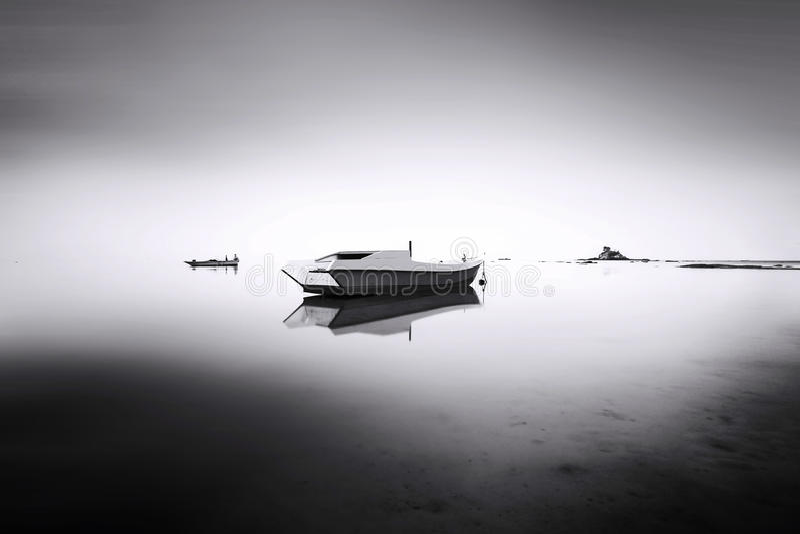 Αλιευτικό σκάφος στη θάλασσα ομίχλης στοκ εικόνα