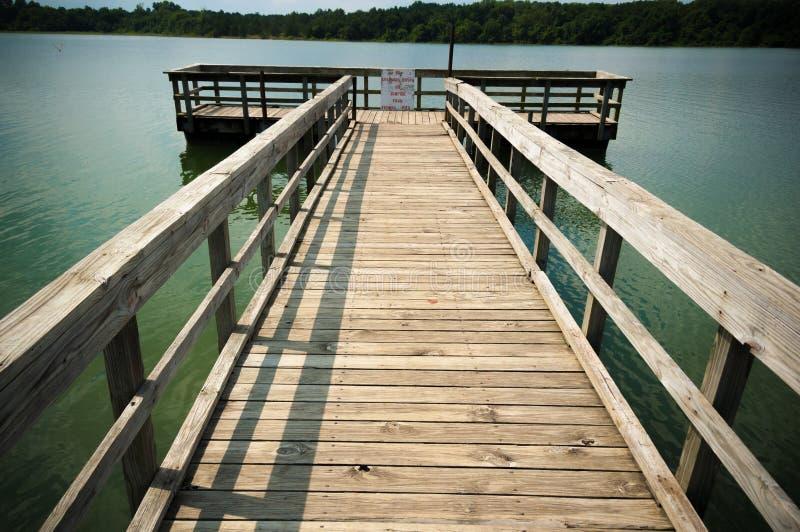 Αλιεύοντας αποβάθρα ή αποβάθρα στην ήρεμη λίμνη στοκ φωτογραφία