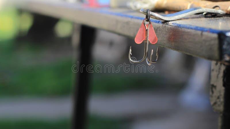 Αλιεύοντας γάντζος και κόκκινο θέλγητρο στοκ εικόνα με δικαίωμα ελεύθερης χρήσης