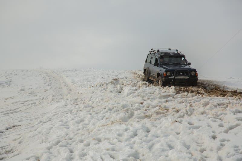 Αλμάτι, Καζακστάν - στις 21 Φεβρουαρίου 2013. Πλαϊνός αγώνας στα τζιπ, ανταγωνισμός αυτοκινήτων, ATV. Παραδοσιακή φυλή στοκ εικόνα