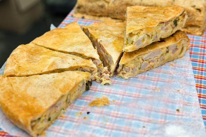 Αλμυρή στρογγυλή πίτα με την κινηματογράφηση σε πρώτο πλάνο κρέατος υπαίθρια στοκ εικόνα με δικαίωμα ελεύθερης χρήσης