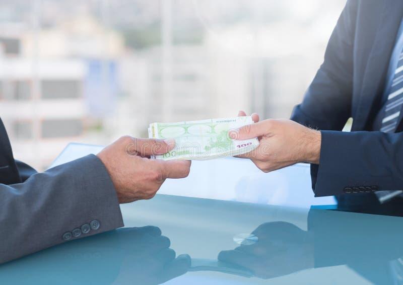 Αλλοιωμένα χέρια επιχειρηματιών που δίνουν & που λαμβάνουν τα χρήματα στοκ εικόνες