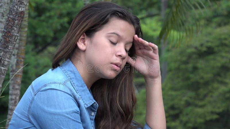 Αλλοώμον ταραγμένο και ανήσυχο κορίτσι εφήβων στοκ εικόνες