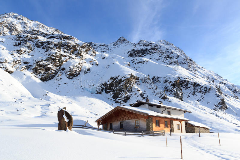 Αλπικό πανόραμα σπιτιών και βουνών σαλέ με το χιόνι το χειμώνα στις Άλπεις Stubai στοκ εικόνες με δικαίωμα ελεύθερης χρήσης
