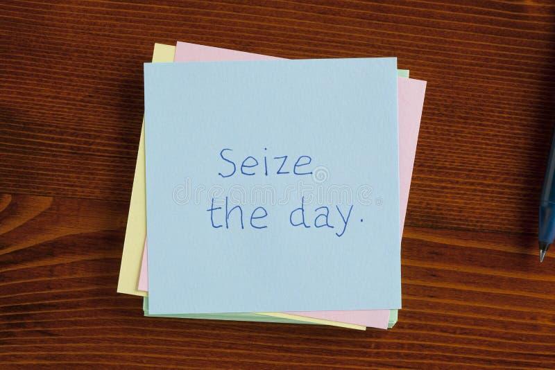 Αδράξτε την ημέρα χειρόγραφη σε μια σημείωση στοκ φωτογραφίες με δικαίωμα ελεύθερης χρήσης