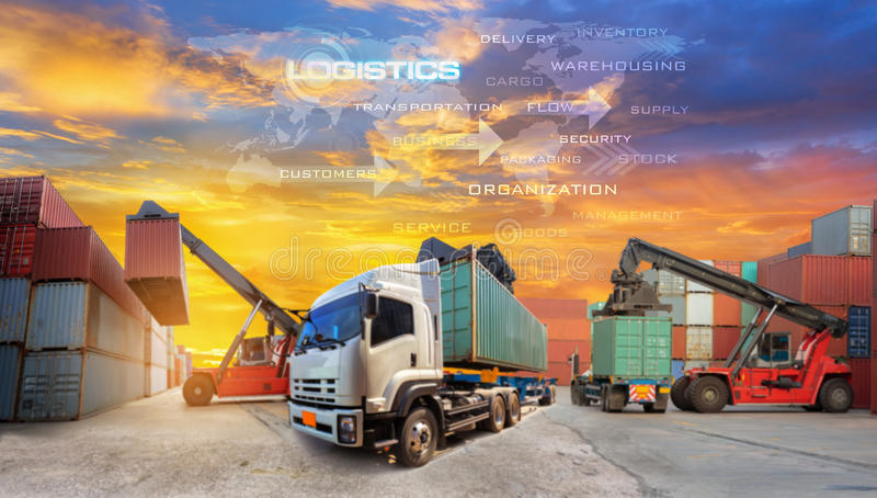 Αλυσίδα εφοδιασμού διοικητικών μεριμνών στην οθόνη με το βιομηχανικό φορτίο εμπορευματοκιβωτίων στοκ φωτογραφία με δικαίωμα ελεύθερης χρήσης