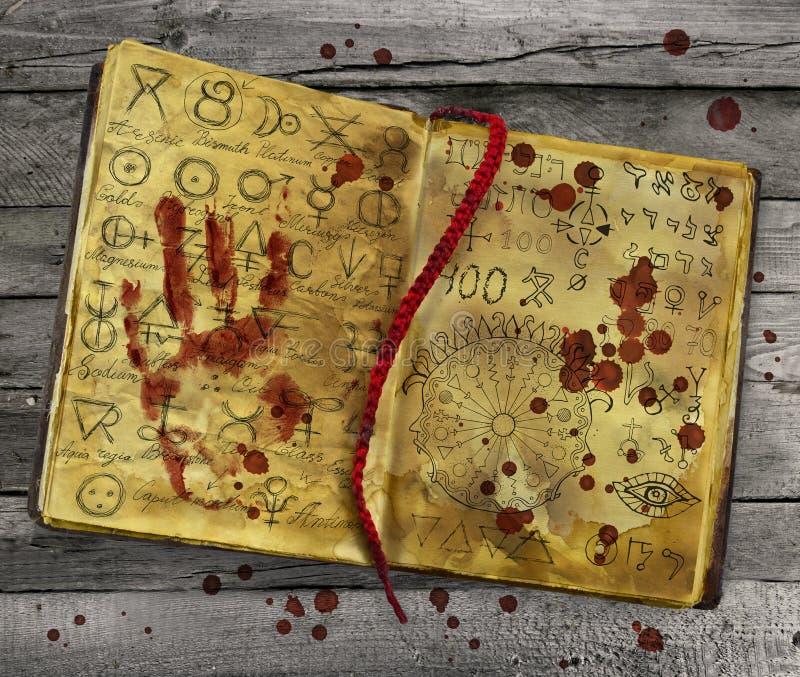 Αλχημικό βιβλίο με την αιματηρή τυπωμένη ύλη χεριών και πτώσεις στις σελίδες ελεύθερη απεικόνιση δικαιώματος