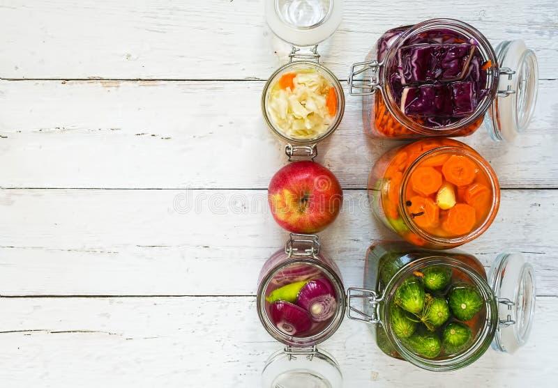 Βάζα μαγειρεμένων λαχανικών σε λευκό ξύλινο φόντο Καρότα, άψητα, λάχανο, σκόρδο, αλάτι, chard, αγγούρι, πράσινο πιπέρι Επάνω στοκ εικόνα