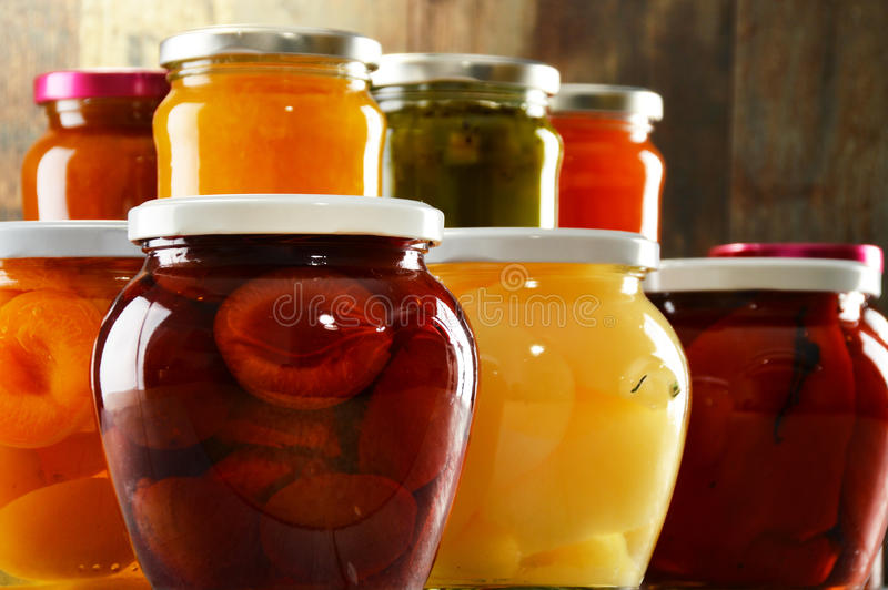 Βάζα με τα παστωμένα λαχανικά, fruity compotes και τις μαρμελάδες στοκ εικόνες