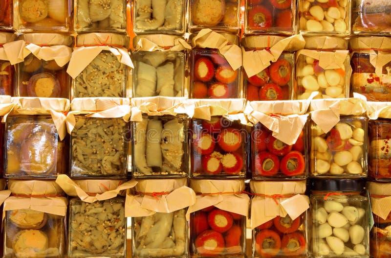 βάζα με τα συντηρημένα τρόφιμα για την πώληση στην τοπική αγορά στοκ εικόνα