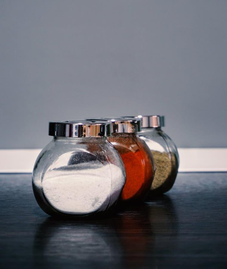 Βάζα με το αλάτι, το πιπέρι και το μαύρο πιπέρι στοκ φωτογραφίες