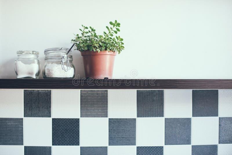 Βάζα στο ράφι κουζινών στοκ εικόνες