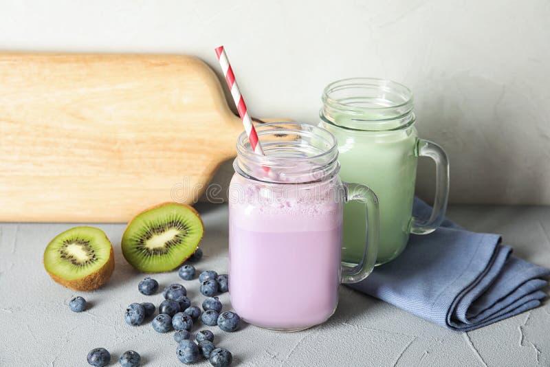 Βάζα του Mason με τα εύγευστα κουνήματα γάλακτος και τα συστατικά στοκ φωτογραφία με δικαίωμα ελεύθερης χρήσης