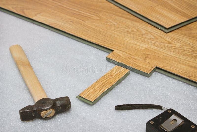 Βάζοντας τις τοποθετημένες σε στρώματα επιτροπές το χρώμα του ξύλου στοκ φωτογραφία με δικαίωμα ελεύθερης χρήσης