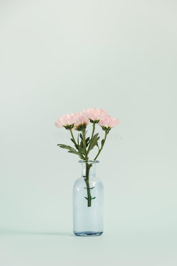 Βάζο γυαλιού με μια μικρή ανθοδέσμη στοκ εικόνες