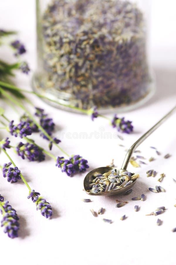 Βάζο γυαλιού με ξηρό lavender και τα φρέσκα lavender λουλούδια στοκ φωτογραφία με δικαίωμα ελεύθερης χρήσης
