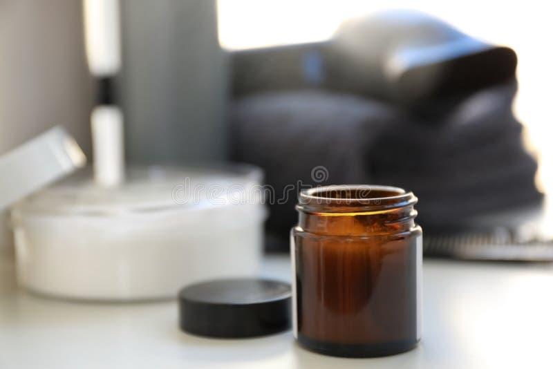 Βάζο γυαλιού με το καλλυντικό στοκ φωτογραφία με δικαίωμα ελεύθερης χρήσης
