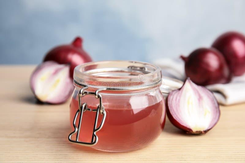 Βάζο γυαλιού με το σιρόπι κρεμμυδιών και το φρέσκο συστατικό στοκ εικόνα