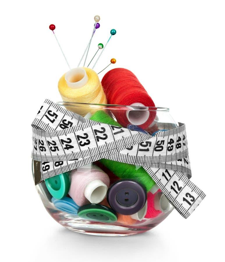 Βάζο, κουμπιά, βελόνα και νηματοδέματα γυαλιού του νήματος στοκ εικόνα