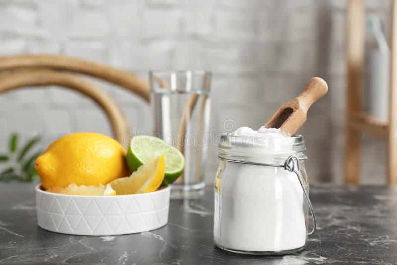 Βάζο με τη σόδα και τα λεμόνια ψησίματος στοκ εικόνες
