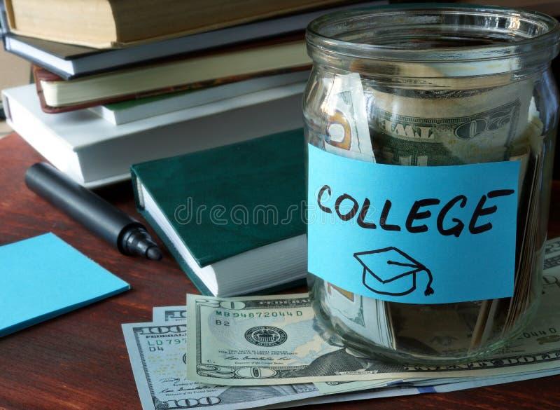 Βάζο με το κολλέγιο ετικετών και χρήματα στον πίνακα στοκ εικόνες