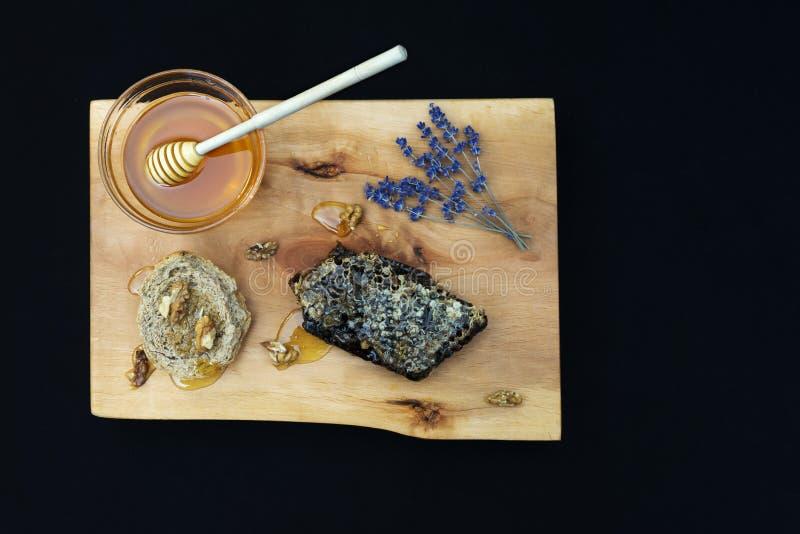 Βάζο με το οργανικό μέλι, το κυψελωτό καρύδι, το ξύλο καρυδιάς και lavender στο ξύλο στοκ φωτογραφίες με δικαίωμα ελεύθερης χρήσης