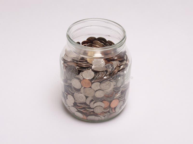 Βάζο που γεμίζουν με τα νομίσματα στοκ εικόνες