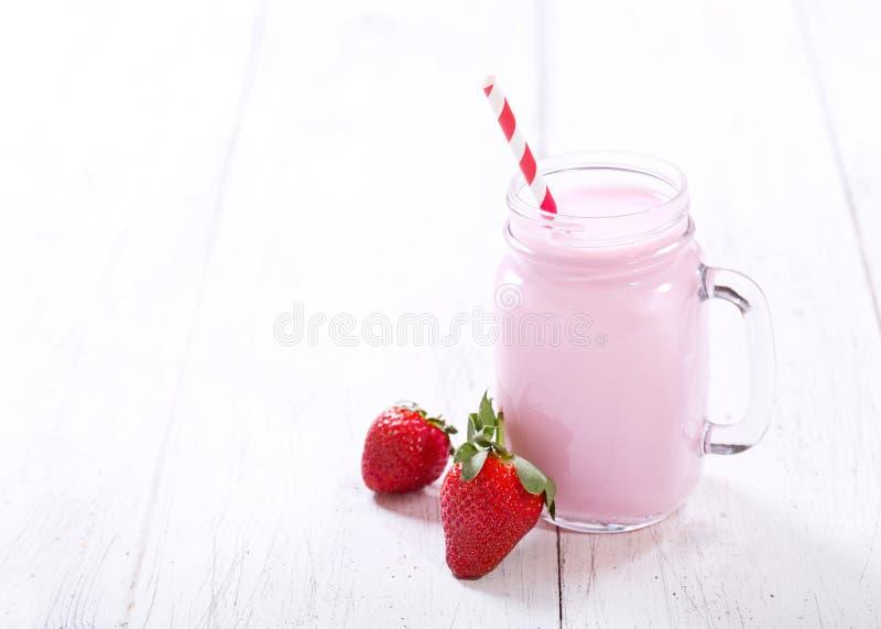 Βάζο του καταφερτζή φραουλών στοκ φωτογραφία με δικαίωμα ελεύθερης χρήσης