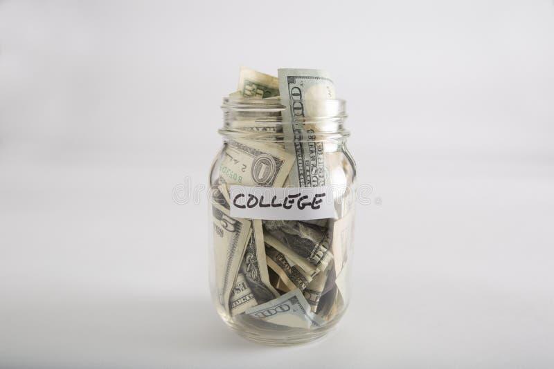 Βάζο του Mason με τα χρήματα για το κολλέγιο στοκ φωτογραφία