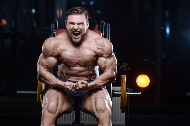 Βάναυσα ισχυρά αθλητικά άτομα bodybuilder που αντλούν επάνω τους μυς με το δ στοκ φωτογραφίες