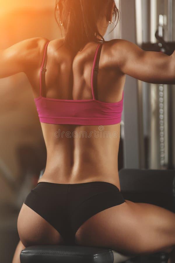 Βάναυση αθλητική γυναίκα που αντλεί επάνω τους μυς με στοκ φωτογραφίες με δικαίωμα ελεύθερης χρήσης