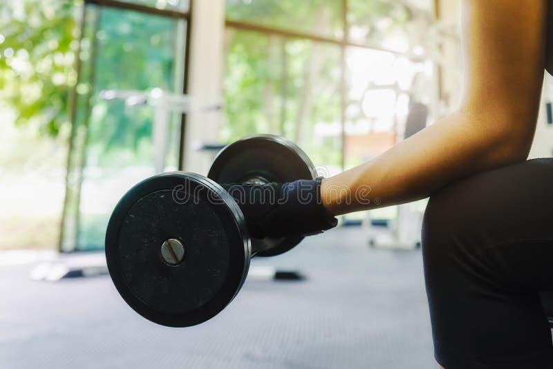 Βάναυση αθλητική γυναίκα που αντλεί επάνω τους μυς στοκ φωτογραφίες