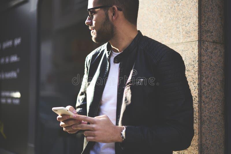Βάναυσος τύπος σε ένα σακάκι και τα γυαλιά ηλίου δέρματος στοκ φωτογραφίες