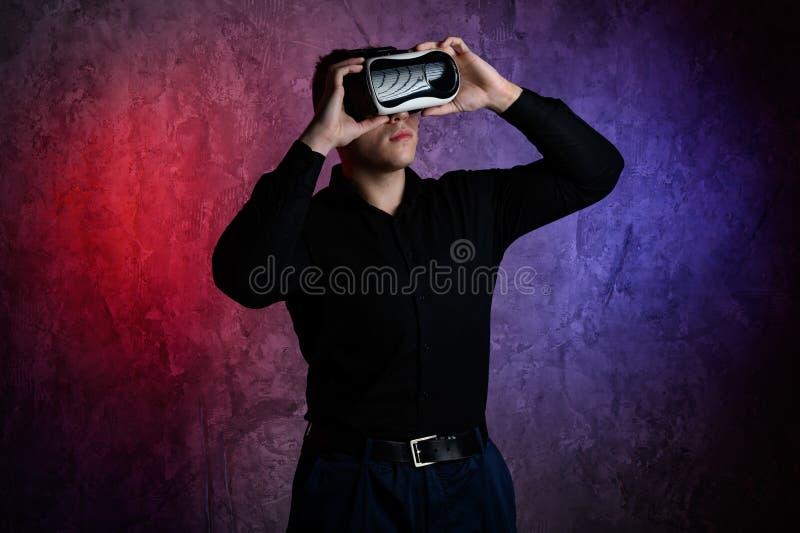 Βάναυσο άτομο που φορά τα προστατευτικά δίοπτρα εικονικής πραγματικότητας στο στούντιο Χρησιμοποίηση με την κάσκα VR στοκ φωτογραφία