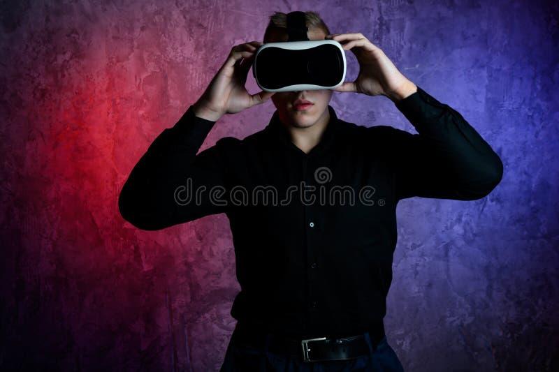 Βάναυσο άτομο που φορά τα προστατευτικά δίοπτρα εικονικής πραγματικότητας στο στούντιο Χρησιμοποίηση με την κάσκα VR στοκ εικόνα