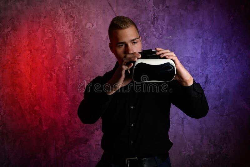 Βάναυσο άτομο που φορά τα προστατευτικά δίοπτρα εικονικής πραγματικότητας στο στούντιο Χρησιμοποίηση με την κάσκα VR στοκ εικόνες με δικαίωμα ελεύθερης χρήσης