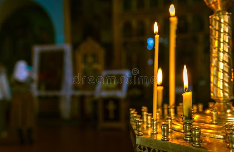 Βάπτισμα στην εκκλησία Καθολικισμός και ορθοδοξία κερί επάνω στοκ εικόνες