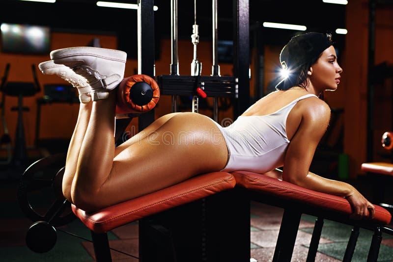Βάρη ανύψωσης γυναικών σε μια περίοδο άσκησης στοκ εικόνα