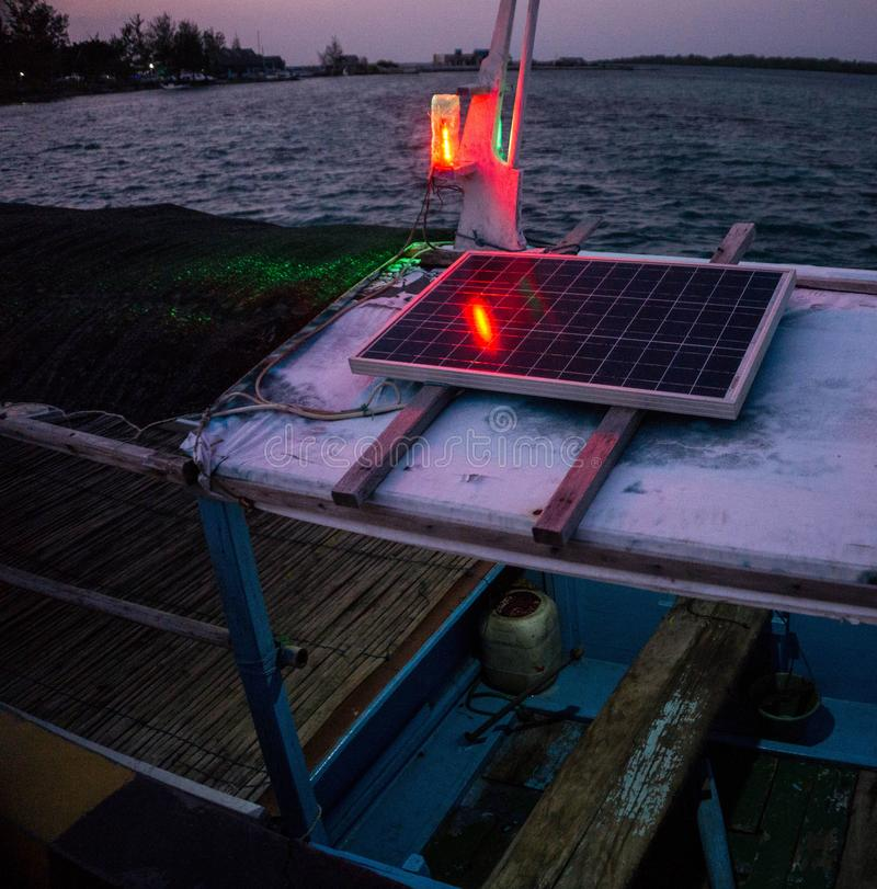 Βάρκα ή σκάφος ηλιακού πλαισίου στην παραδοσιακή βάρκα στο jawa karimun στοκ φωτογραφία