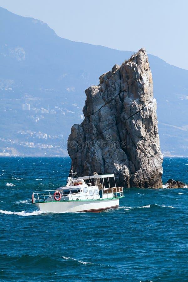 Βάρκα, βράχος, θάλασσα στοκ φωτογραφία με δικαίωμα ελεύθερης χρήσης