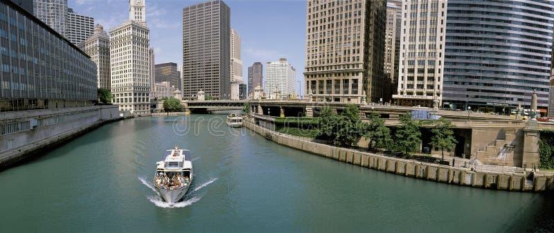Βάρκα γύρου στον ποταμό του Σικάγου στοκ φωτογραφία με δικαίωμα ελεύθερης χρήσης