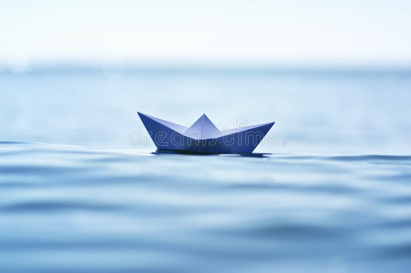 Βάρκα εγγράφου στο κύμα θάλασσας στοκ εικόνα με δικαίωμα ελεύθερης χρήσης