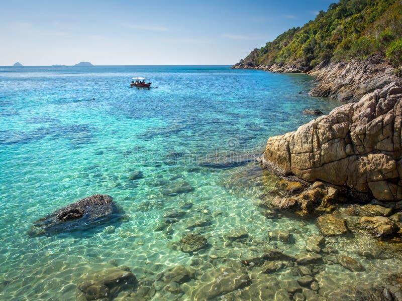 Βάρκα επί που κολυμπά με αναπνευτήρα του τόπου στο νησί Perhentian, Μαλαισία στοκ εικόνες